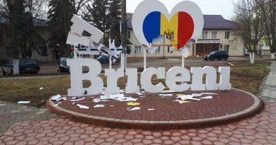 """/FOTO/ Doi tineri au vandalizat construcția """"Eu iubesc Briceni"""""""