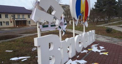"""/VIDEO/ Construcția """"Eu iubesc Briceni"""" filmată cum este distrusă"""