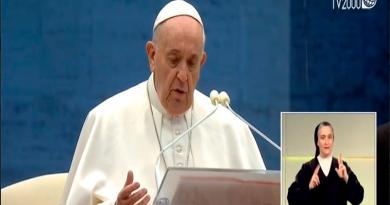 Папа Римский помолился на пустой площади о завершении эпидемии и отпустил грехи всем присоединившимся к молитве онлайн 4 15.05.2021