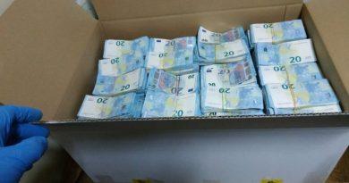 Банкноты на сумму более, чем полтора миллиона евро были найдены молдавскими таможенниками на КПП Леушен