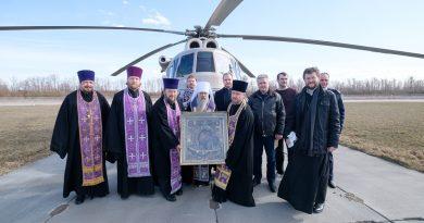 Петербургский митрополит Варсонофий пролетел над Санкт-Петербургом с иконой и молитвой против коронавируса 3