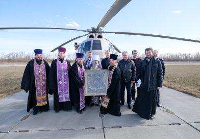 Петербургский митрополит Варсонофий пролетел над Санкт-Петербургом с иконой и молитвой против коронавируса