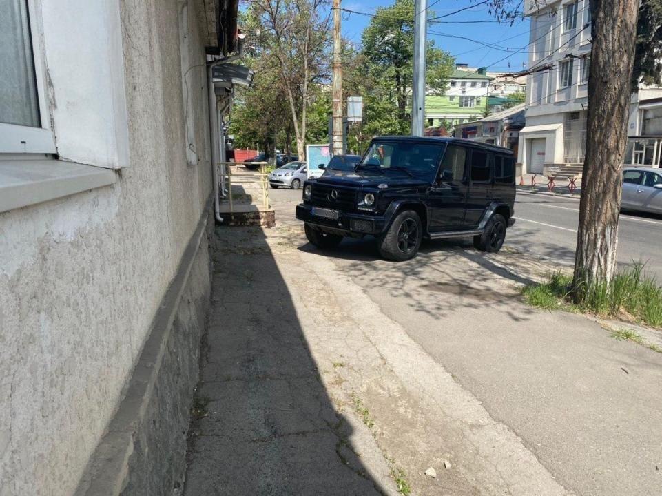 Депутат от ДПМ Никифорчук припарковал свой роскошный Mercedes, стоимостью около 170 тысяч евро, прямо на тротуаре в центре Кишинева 2 12.05.2021