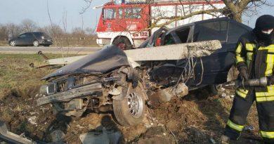 /FOTO/ O mașină a intrat într-un pilon electric la Briceni