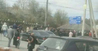 /FOTO/ Peste o sută de persoane au participat la o înmormântare în raionul Ocnița