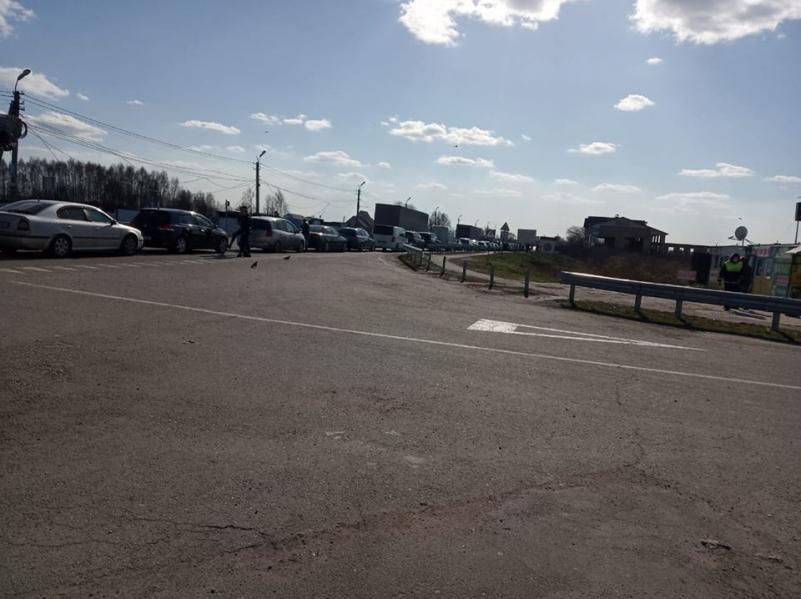 Foto Sute de moldoveni veniți din Rusia traversează vama Otaci 2 14.06.2021