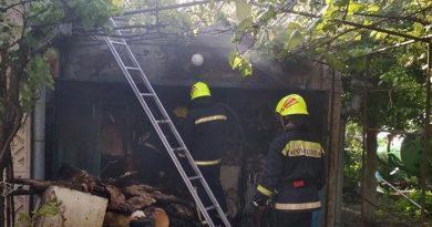 /FOTO/ Un garaj a fost cuprins de flăcări într-o gospodărie particulară din municipiul Bălți
