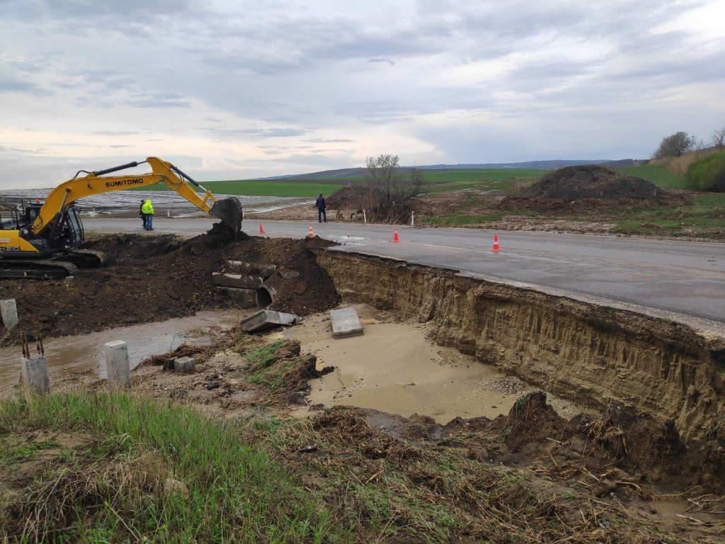 Foto На трассе Бэлць-Саратены из-за сильных дождей часть дороги обрушилась 2 29.07.2021