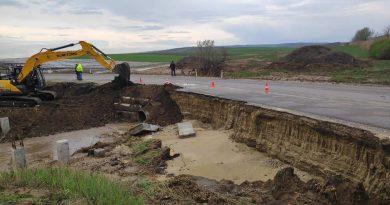 Drumuri surpate și livezi distruse. Pagubele înregistrate în urma ploiilor torențiale