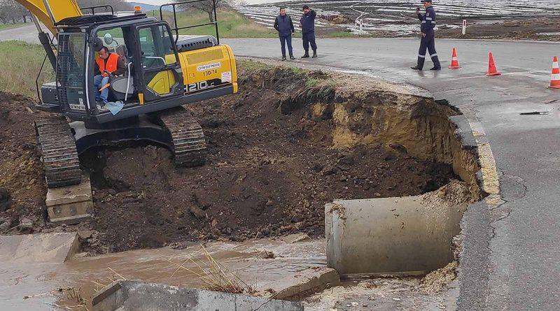 Foto На трассе Бэлць-Саратены из-за сильных дождей часть дороги обрушилась 1 29.07.2021