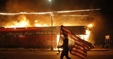 Жгут автомобили, бросают камни: Из-за убийства афроамериканца в США начались жестокие погромы, на улицы вывели нацгвардию 6