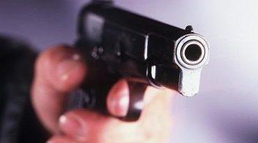 Bărbat amenințat cu arma să cosească iarba din grădina vecină