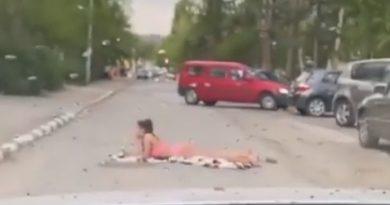 /VIDEO/ Tânără în costum de baie surprinsă pe o stradă din Bălți