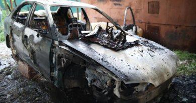 /FOTO/ O mașină a fost distrusă de flăcări pe o stradă din Bălți