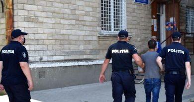 A ajuns pe mâna poliției după ce a jefuit două persoane la Bălți