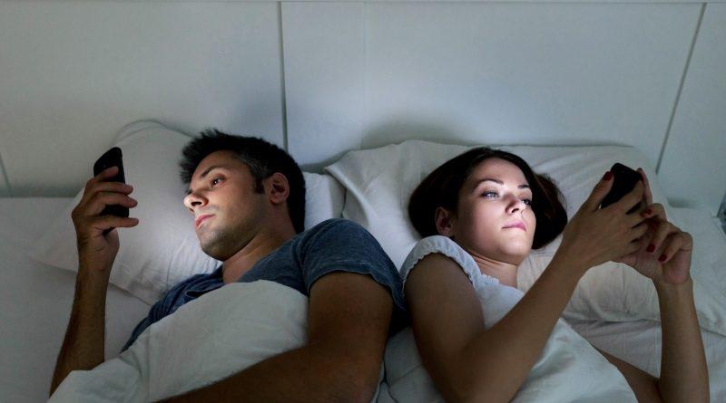 Эксперт рассказал о вреде  пользования смартфоном перед сном 1 07.03.2021