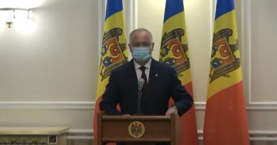 Igor Dodon a decis să se conformeze. După patru luni de pandemie șeful statului a ieșit cu masca de protecție la gură