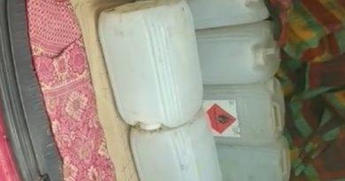 /VIDEO/ Poliția din Bălți a reținut doi suspecți care vindeau alcool contrafăcut la 90 de lei un litru