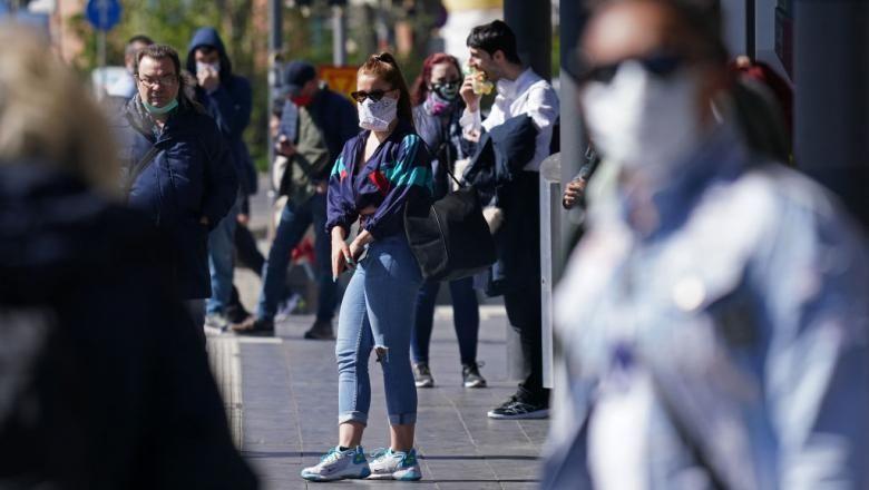 Începând cu ziua de luni purtarea măștilor în locurile publice deschise devine obligatorie