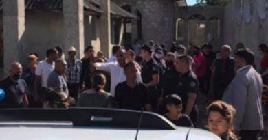/VIDEO/ Conflict între două familii la Edineț. Aproximativ o sută de persoane au blocat o stradă din oraș