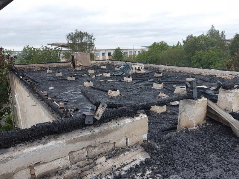 /FOTO/ Inspectoratul de Poliție Rezina a fost cuprins de flăcări. La fața locului au intervenit șase echipaje de salvatori și pompieri 1 17.04.2021