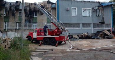 /FOTO/ Inspectoratul de Poliție Rezina a fost cuprins de flăcări. La fața locului au intervenit șase echiaje de salvatori și pompieri