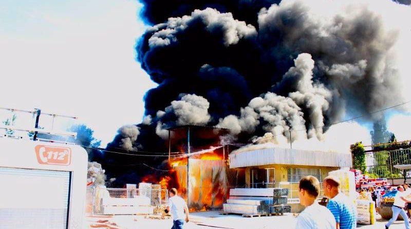 /VIDEO/ Incendiu la un depozit cu materiale de construcții din Bălți
