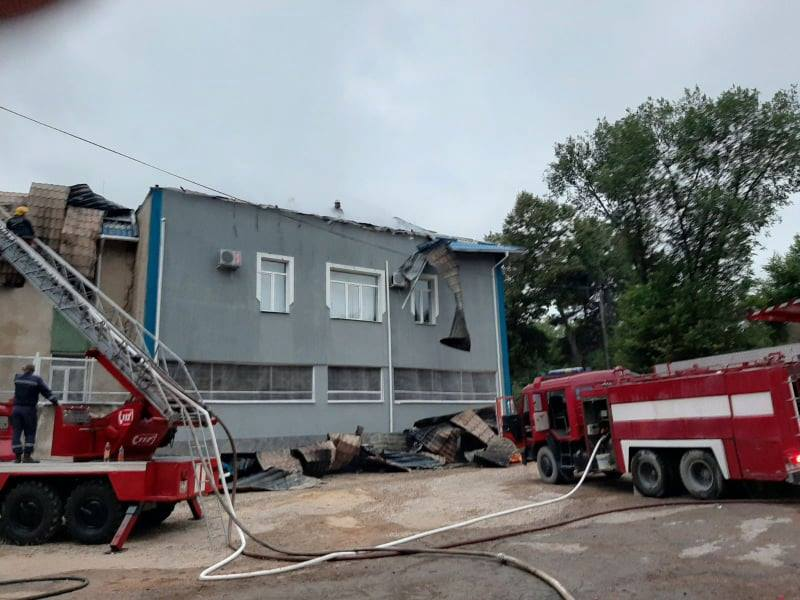 /FOTO/ Inspectoratul de Poliție Rezina a fost cuprins de flăcări. La fața locului au intervenit șase echipaje de salvatori și pompieri 2 17.04.2021