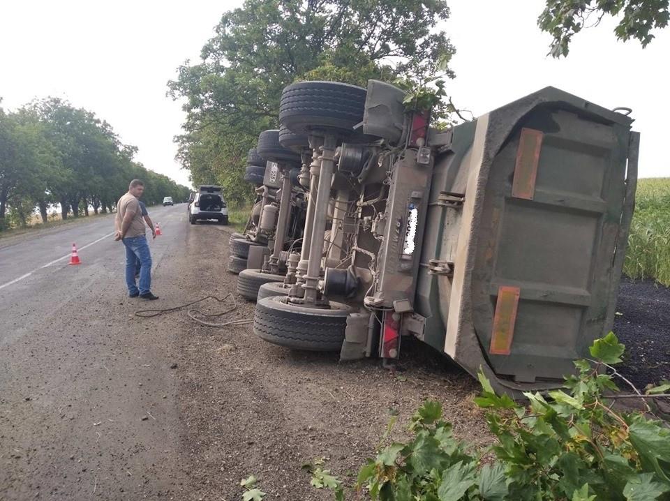 /FOTO/ Un camion încărcat cu asfalt-beton s-a răsturnat în raionul Drochia 1