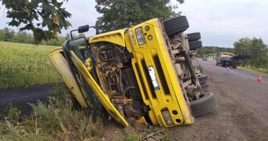 /FOTO/ Un camion încărcat cu asfalt-beton s-a răsturnat în raionul Drochia