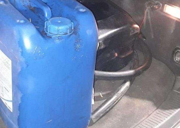 Tânăr cercetat de oamenii legii pentru transportarea ilegală a 330 litri de combustibil