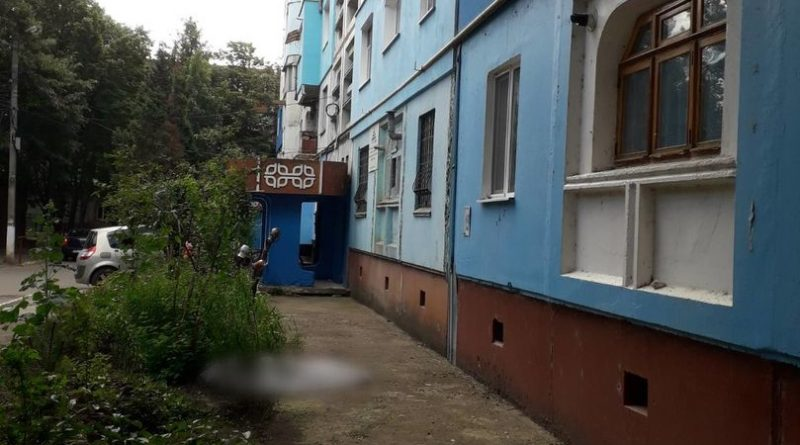 Un bărbat din orașul Soroca s-a aruncat în gol de la etajul 8 al unui bloc de locuit