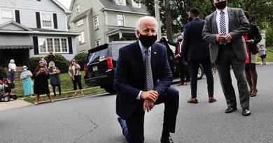 Кандидат в президенты США Джо Байден преклонил колено в знак солидарности с участниками охвативших Соединенные Штаты протестов против расизма 3