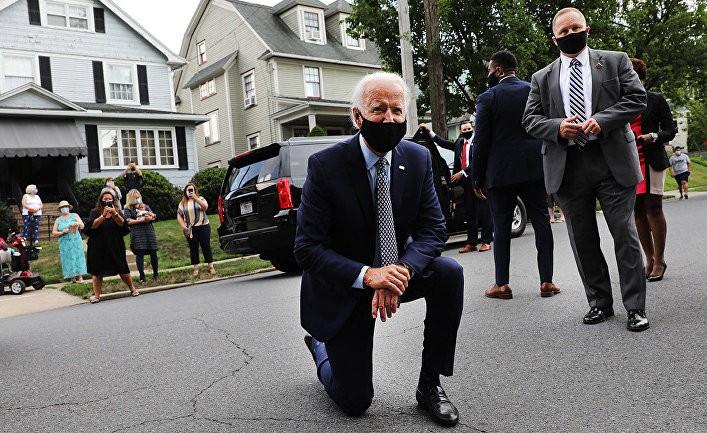 Кандидат в президенты США Джо Байден преклонил колено в знак солидарности с участниками охвативших Соединенные Штаты протестов против расизма 1 17.04.2021