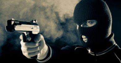 /VIDEO/ A intrat cu o armă într-un magazin alimentar din orașul Bălți și a furat toți banii din aparatul de casă