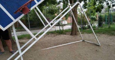 В Тирасполе местные бабушки спилили на детской площадке баскетбольный щит 3 14.04.2021