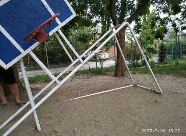 В Тирасполе местные бабушки спилили на детской площадке баскетбольный щит 1 15.05.2021