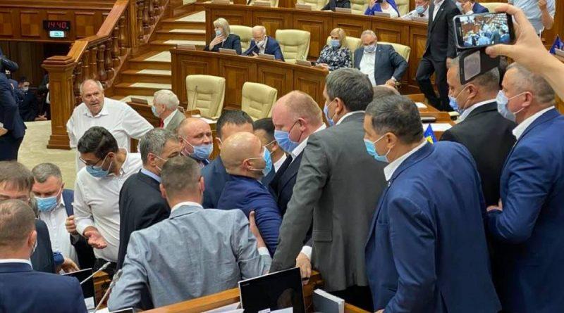 """Foto """"Мы писали, мы писали, наши пальчики устали"""": Молдавский парламент уходит на летние каникулы до сентября 1 23.06.2021"""