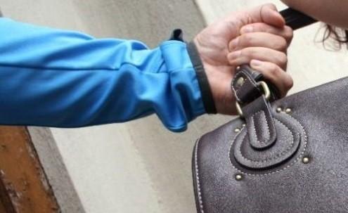O tânără a fost jefuită în timp ce aștepta transportul public într-o stație din Bălți