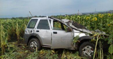 /FOTO/ Un Land Rover a derapat într-un câmp de floarea-soarelui din raionul Sângerei. Trei persoane au ajuns la spital