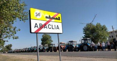 Сельхозпроизводители района Басарабяска провели акцию протеста, выставив около 30 тракторов вдоль обочины дороги 2 08.03.2021