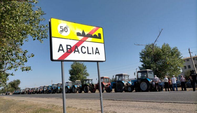Сельхозпроизводители района Басарабяска провели акцию протеста, выставив около 30 тракторов вдоль обочины дороги 1 15.05.2021