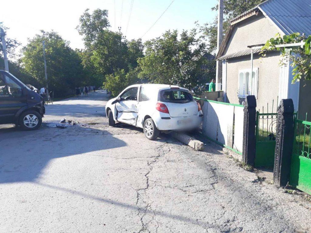 /FOTO/ Accidentele se țin lanț în nordul țării. Un bărbat din raionul Briceni s-a ales cu o comoție cerebrală după ce automobilul i-a fost tamponat de o altă mașină 1