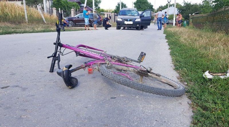 Minoră din raionul Dondușeni lovită de automobil în timp ce se plimba pe bicicletă