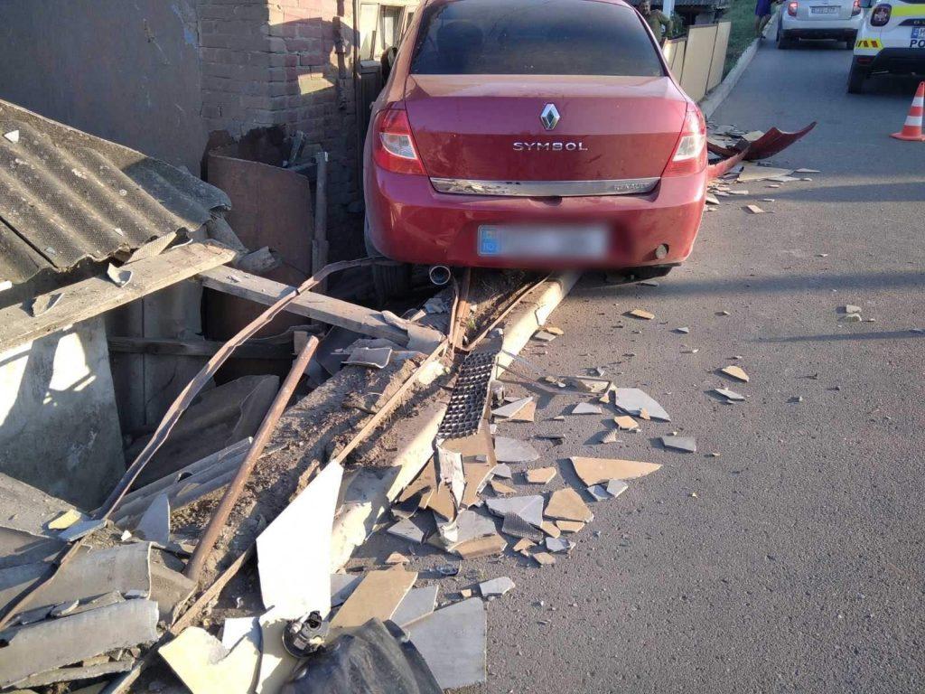 /FOTO/ Un bărbat din Soroca a ajuns cu automobilul într-o gospodărie în timp ce discuta la telefon 1 17.04.2021