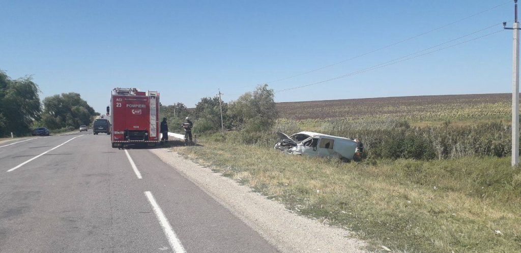 /FOTO/ Grav accident la Edineț. Un tânăr a ajuns la spital după ce s-a răsturnat cu mașina într-un șanț 2 15.05.2021