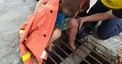 Salvatorii au scăpat un copil la Ocnița, care și-a blocat piciorul într-o gură de scurgere