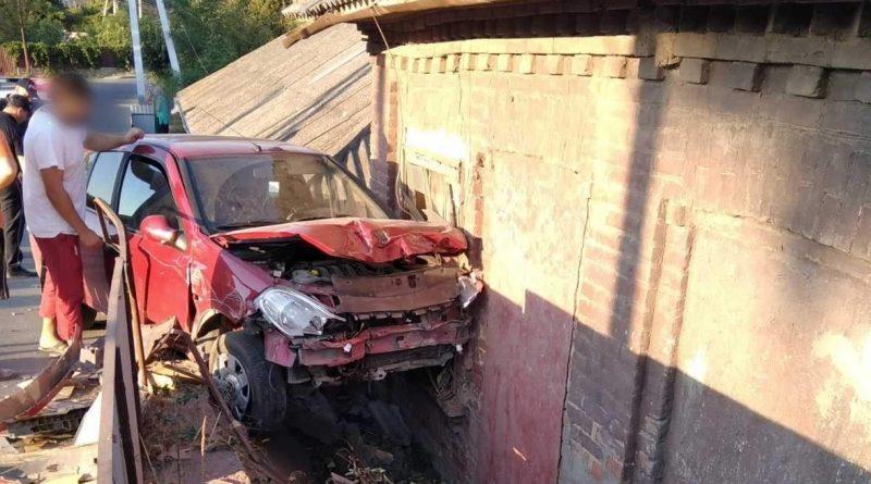 /FOTO/ Un bărbat din Soroca a ajuns cu automobilul într-o gospodărie în timp ce discuta la telefon