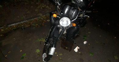 /FOTO/ Un tânăr din Ocnița a ajuns la spital după ce s-a tamponat cu motocicleta într-un automobil parcat pe carosabil