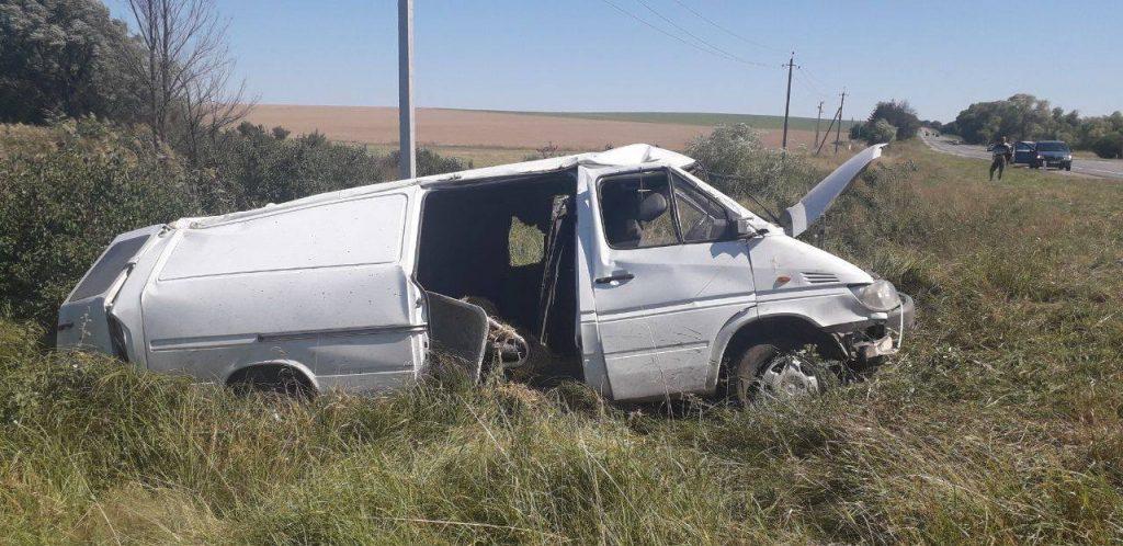 /FOTO/ Grav accident la Edineț. Un tânăr a ajuns la spital după ce s-a răsturnat cu mașina într-un șanț 4 15.05.2021
